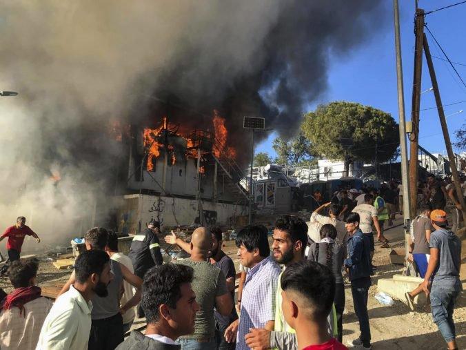 Foto: Po požiari vypukli v utečeneckom tábore Moria protesty, polícia použila aj slzotvorný plyn