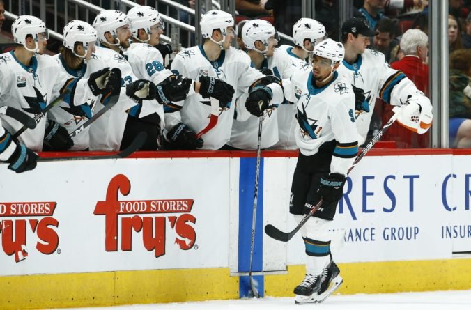 Hokejový útočník Evander Kana dostal od vedenia NHL trojzápasový trest a príde aj o časť platu