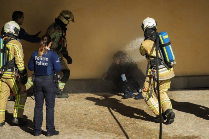 Demonštrant sa pred sídlom Európskej komisie polial neznámou tekutinou a hrozil, že sa zapáli