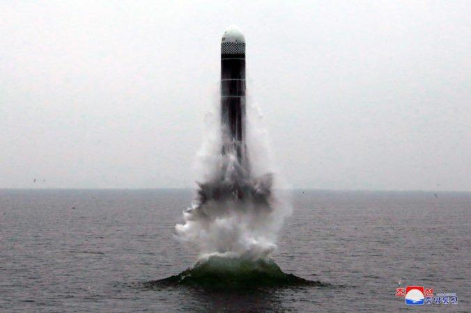 Foto: Severná Kórea otestovala raketu Pukguksong-3, môže ju odpáliť aj z ponorky
