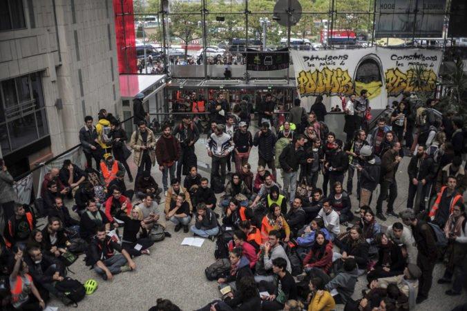 Environmentálni aktivisti zablokovali v Paríži obchodný dom, v Berlíne si postavili tábor