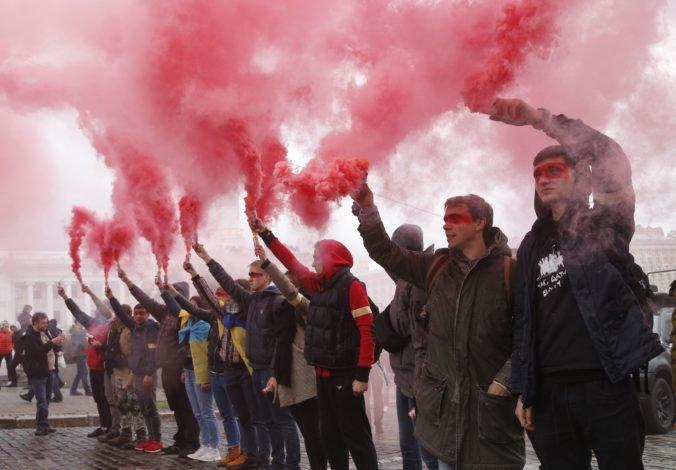 Video: Tisíce ľudí protestovali proti voľbám na východe Ukrajiny, považujú ich za ústupok Rusku