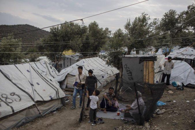 Stovky migrantov previezli z tábora Moria na grécku pevninu