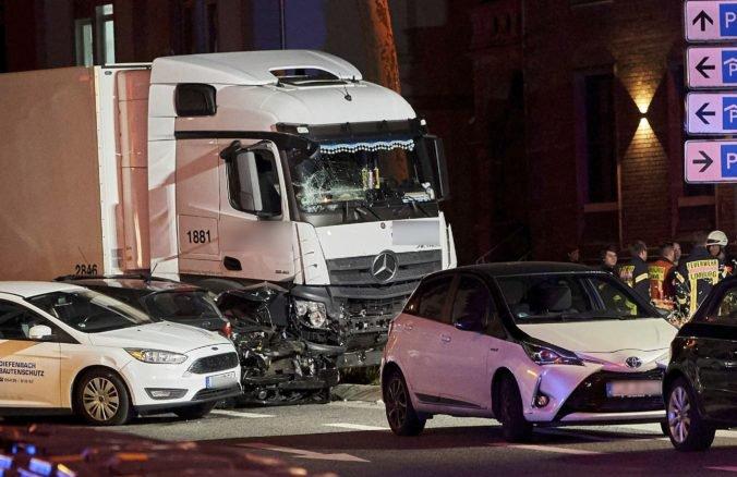 Video: Vodič vrazil s ukradnutým nákladiakom do áut, viacero osôb museli previezť do nemocnice