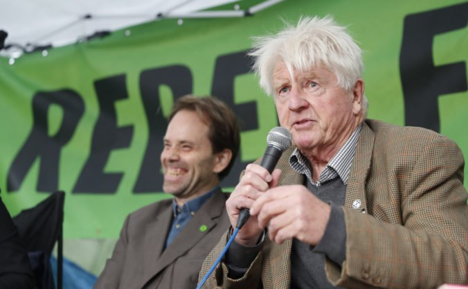 Otec britského premiéra Johnsona sa postavil proti synovi, pridal sa ku klimatickým protestom
