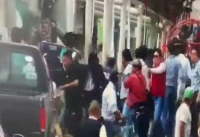 Video: Starosta nesplnil sľub, nahnevaní obyvatelia ho priviazali za auto a ťahali po ceste