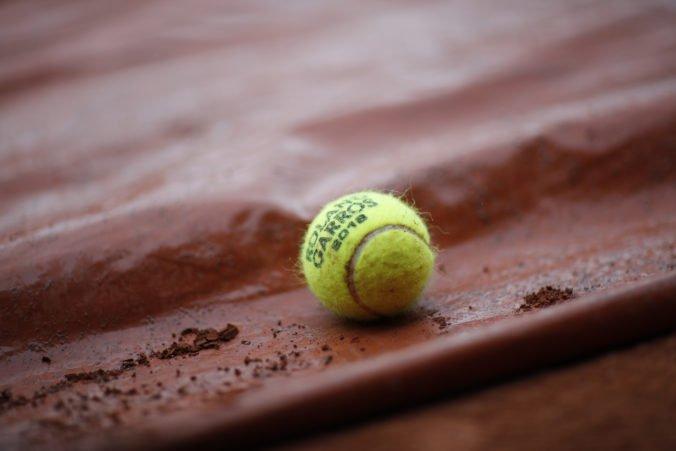 Video: Tenista kuriózne nedohral zápas, rozhodca ho diskvalifikoval pre dieru na nohaviciach