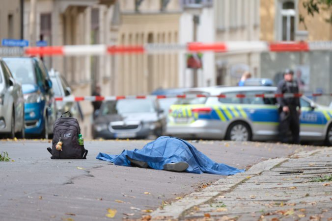 Video: V blízkosti synagógy v Halle sa strieľalo, podozriví páchatelia ušli v aute