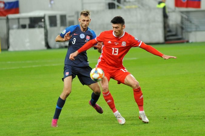 Gyömbér mal po zápase s Walesom na hlave štyri stehy, okomentoval aj prísnu červenú kartu