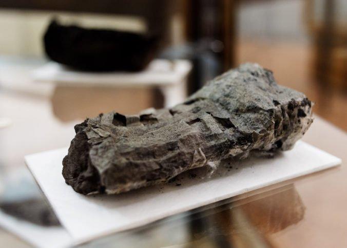 Umelá inteligencia by mohla prečítať zvitky z Herkulanea, ktoré zuhoľnateli po výbuchu sopky Vezuv