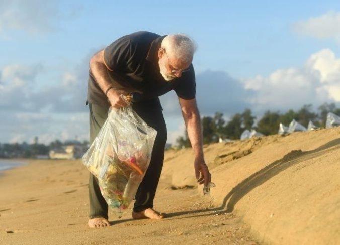 Premiér Naréndra Módí zverejnil video, bosý zbieral odpadky na pláži