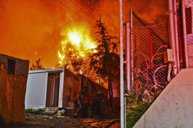Preplnený utečenecký tábor museli evakuovať, počas potýčky medzi migrantmi vypukol požiar