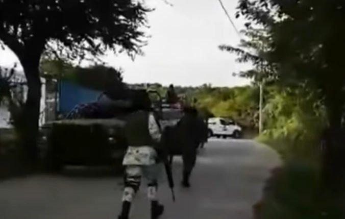 Video: Medzi ozbrojencami a vojakmi v Mexiku vypukla prestrelka, zabili niekoľko civilistov
