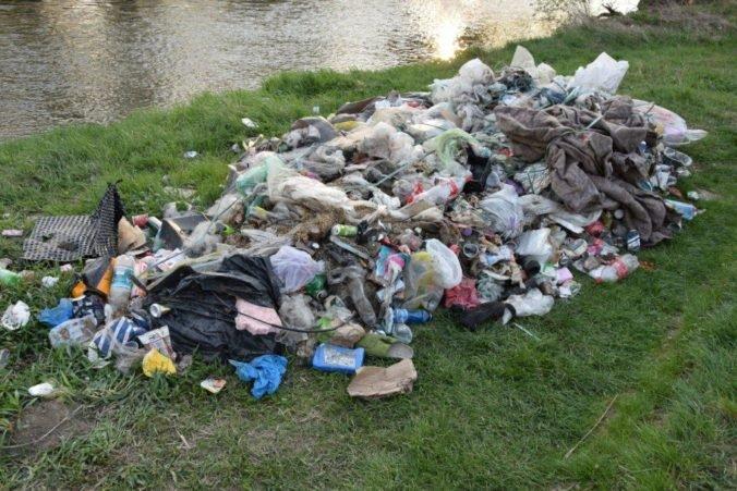 Foto: Jánovi hrozí dvojročné väzenie, pri Váhu vyhodil viac ako päť ton odpadu