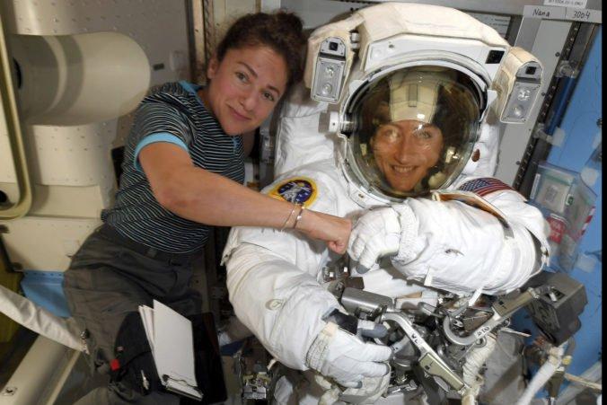 Video: Do otvoreného vesmíru po prvý raz vystúpil čisto ženský tím, opravili solárnu sieť na ISS