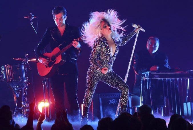 Video: Speváčka Lady Gaga spadla spolu s fanúšikom z pódia počas koncertu v Las Vegas