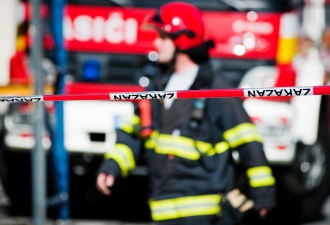 Na okraji Trnavy horí skládka komunálneho odpadu, zasahujú desiatky hasičov