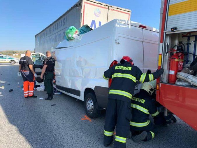 Foto: Hasiči zasahovali pri vážnej nehode, ku zrážke dodávky s kamiónom poslali aj vrtuľník