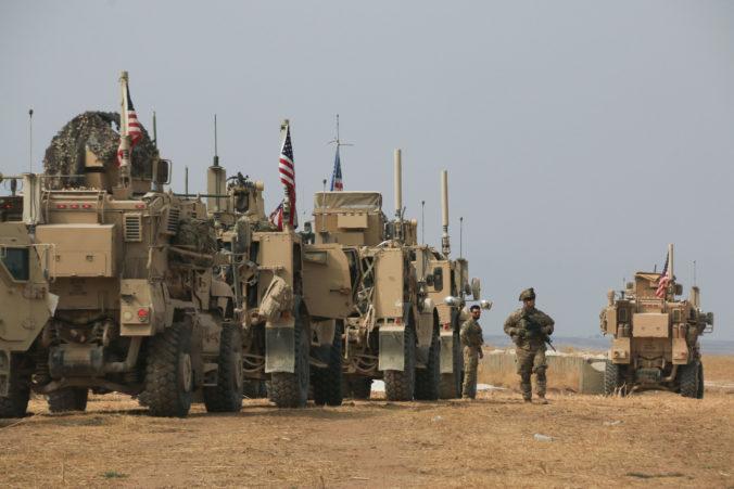 Časť amerických vojakov ostane v Sýrii, niektorí budú chrániť ropné polia