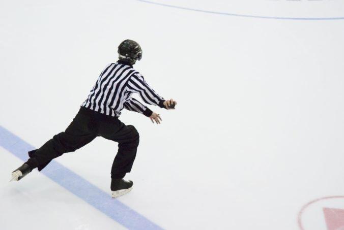Tréner Guľavcev sa počas zápasu KHL vyhrážal rozhodcovi, že mu podpáli auto