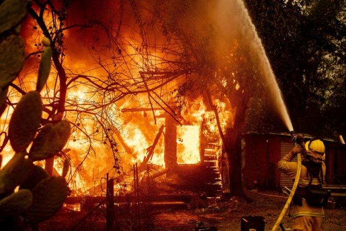 Pre lesný požiar evakuovali v Kalifornii tisíce ľudí, plamene sa šíria veľmi rýchlo