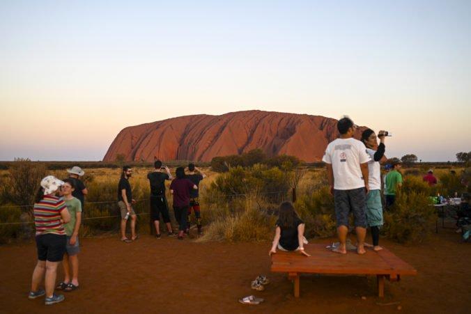 Video: Na Uluru prišli naposledy vystúpiť stovky ľudí, turistov už na známe miesto nepustia