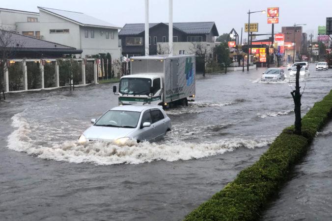 Video: Japonsko sužujú záplavy a zosuvy pôdy, Abe zvolal mimoriadne stretnutie záchranárov