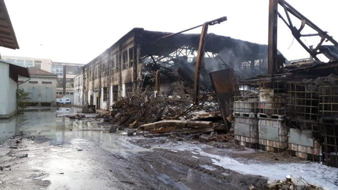 V trnavskom sklade bazénovej chémie zostali po veľkom požiari zo septembra nádoby s tekutinami