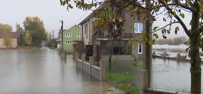Video: Čiernu Horu zasiahli silné dažde, povodne a zosuvy pôdy odrezali od sveta desiatky domov