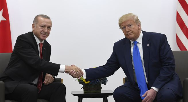 Erdoganova cesta bola ohrozená, ale s Trumpom sa vo Washingtone stretne