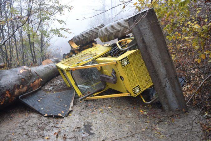 Foto: Dôchodcu v lese privalil traktor, zomrel na mieste