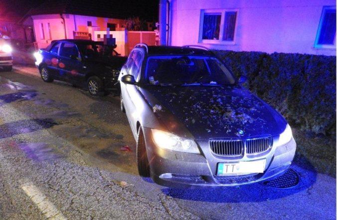 Foto: Poriadne opitý vodič narazil do zaparkovaného BMW, o jeho osude rozhodne súd