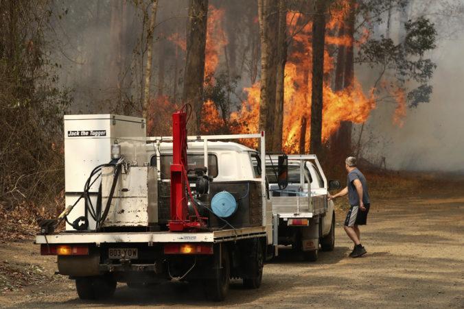 Video: Na útek je už neskoro, desiatky lesných požiarov v Austrálii uväznili ľudí v domoch