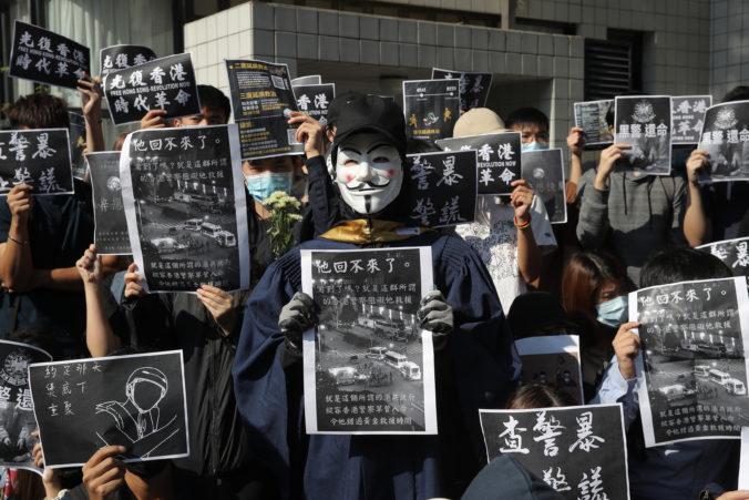 Video: Počas protestov v Hongkongu zomrel mladý študent, demonštranti obviňujú políciu