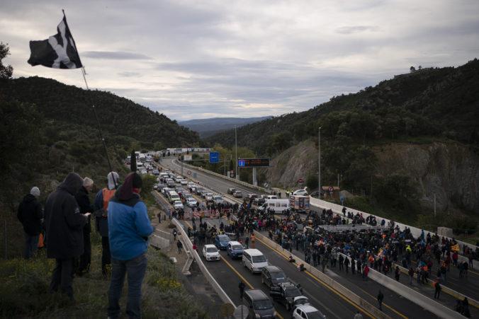 Katalánski demonštranti zablokovali hlavnú diaľnicu do Francúzska, vysvetlili aj cieľ protestu