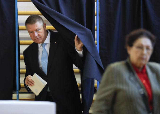 Rumuni pôjdu k voľbám znovu, do druhého kola postúpili súčasný prezident a expremiérka