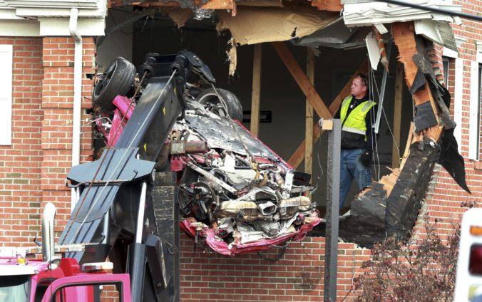 Video: Červené Porsche vyletelo do vzduchu a vrazilo do prvého poschodia budovy