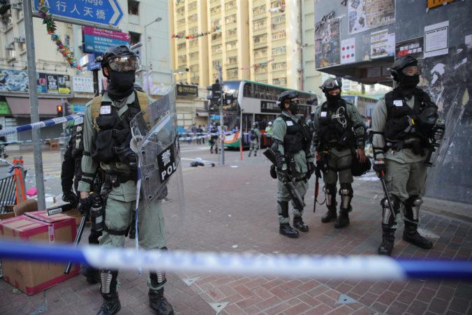 Video: Polícia v Hongkongu postrelila demonštranta, ďalšieho muža niekto podpálil