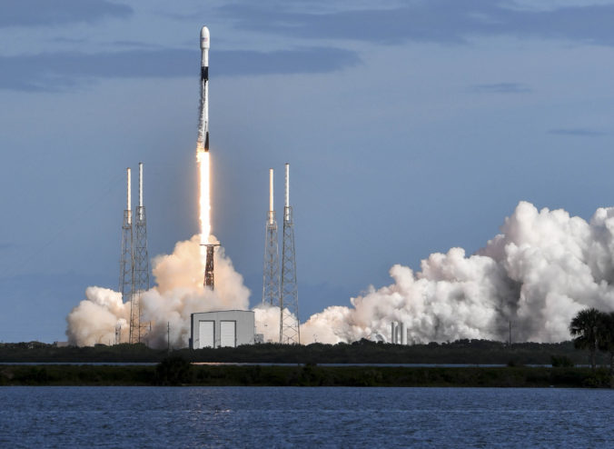 Video: SpaceX vyslala do vesmíru ďalších 60 minisatelitov, jeden z nich zrejme bude robiť problémy