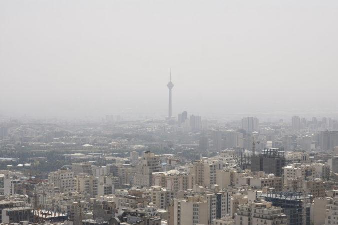 Nad Teheránom sa vznáša hustý smog, v meste zatvorili všetky základné školy