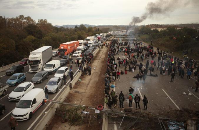 Video: Katalánski separatisti zablokovali diaľnicu pri Girone, v kolónach uviazli stovky áut
