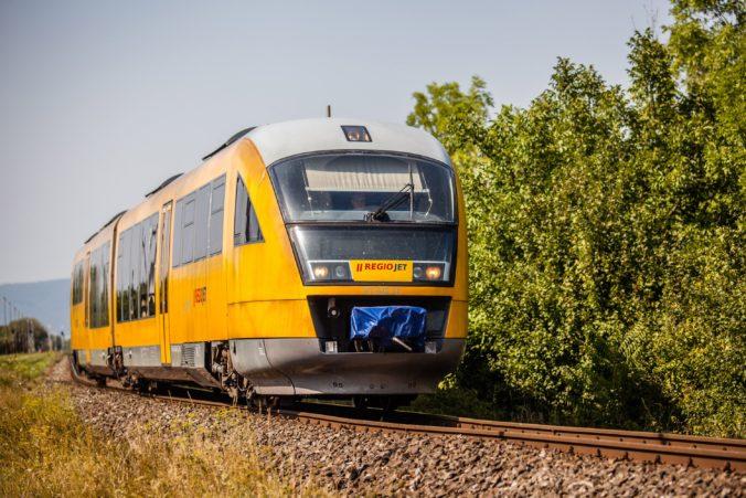 Vlak spoločnosti RegioJet zrazil v Bratislave človeka, ktorý sa prechádzal po koľajisku