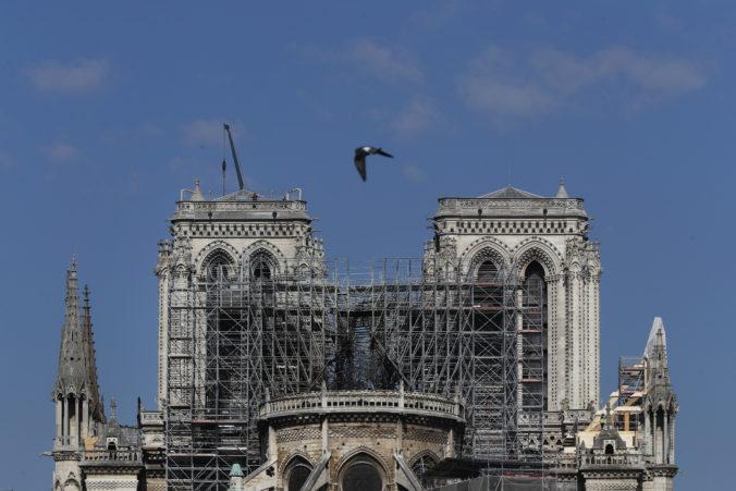 Francúzi vedú hádku o Notre-Dame, Macron odmieta pôvodný vzhľad veže