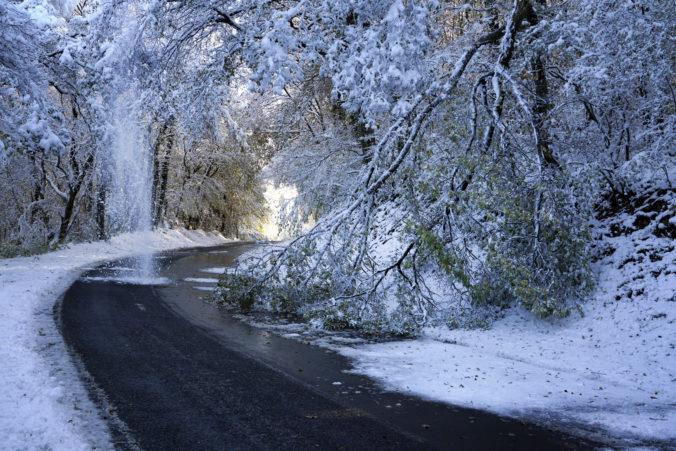 Video: Francúzsko prekvapilo husté sneženie, ochromilo dopravu a jedného muža pripravilo o život