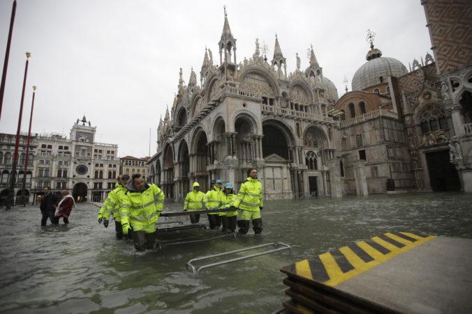 Video: Voda v Benátkach opäť stúpa, Námestie svätého Marka bolo zatopené až po kolená