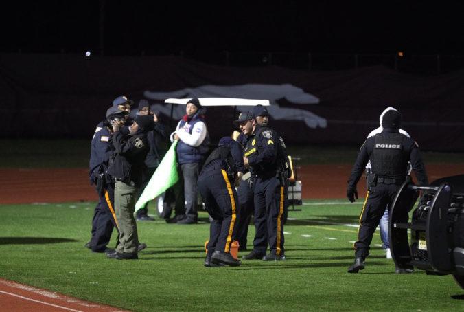 V súvislosti so streľbou počas stredoškolského zápasu v americkom futbale obvinili päť ľudí