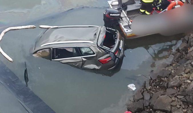 Auto prerazilo mostné zábrany a spadlo do Oravskej priehrady, vodič pád neprežil