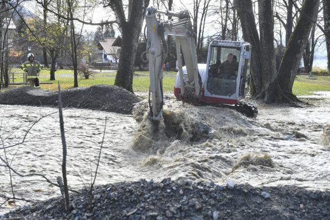 Video: Časti Rakúska sužujú záplavy a sneženie, zosuvy bahna zasiahli niekoľko domov