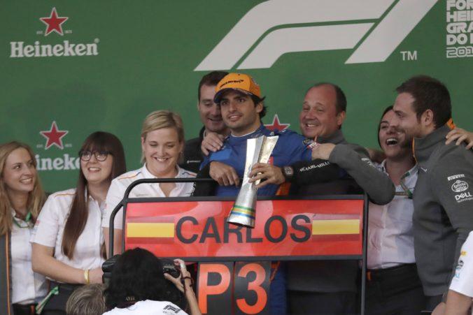 Video: McLaren sa po 2072 dňoch dočkal pódia v pretekoch F1, Hamilton bol penalizovaný