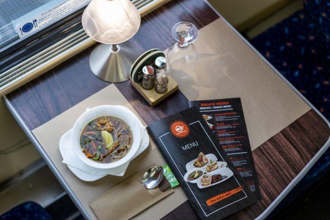 Sushi, hovädzie teriyaki s ryžou i zemiakovo-gaštanový krém: ZSSK testuje nové menu a služby